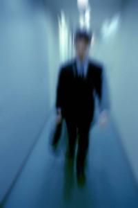 廊下を歩く男性